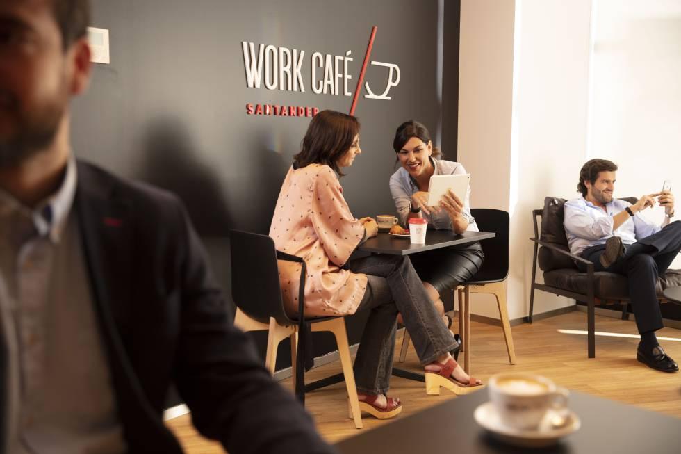 Interior de un Work Café Santander.