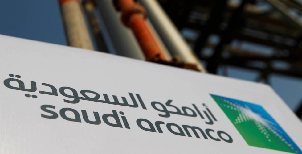 Cartel de Saudi Aramco en una instalación petrolífera en Abqaiq, Arabia Saudí.
