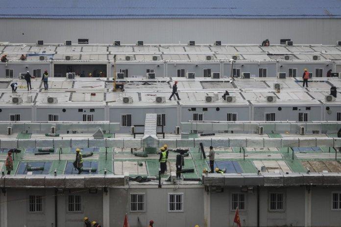 El Hospital Huoshenshan de la ciudad china de Wuhan, construido en diez días para combatir el brote de coronavirus, entra este lunes en funcionamiento