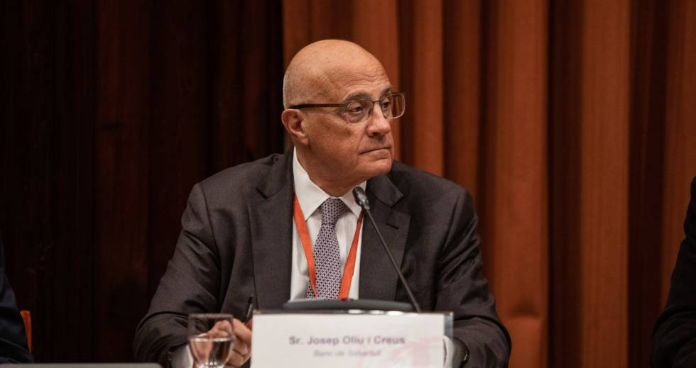 El presidente de Banco Sabadell, Josep Oliu, durante la Comisión de Investigación sobre la aplicación del artículo 155 de la Constitución Española en Catalunya, en el Parlament