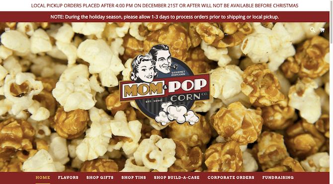 Le site Web Mom & Popcorn équilibre les images de ses produits popcorn avec des polices, des bannières et des logos de style vintage.