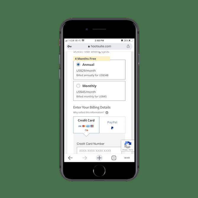Hootsuite demande aux utilisateurs de choisir un forfait annuel ou mensuel avant d'entrer leurs informations de facturation lors du paiement.