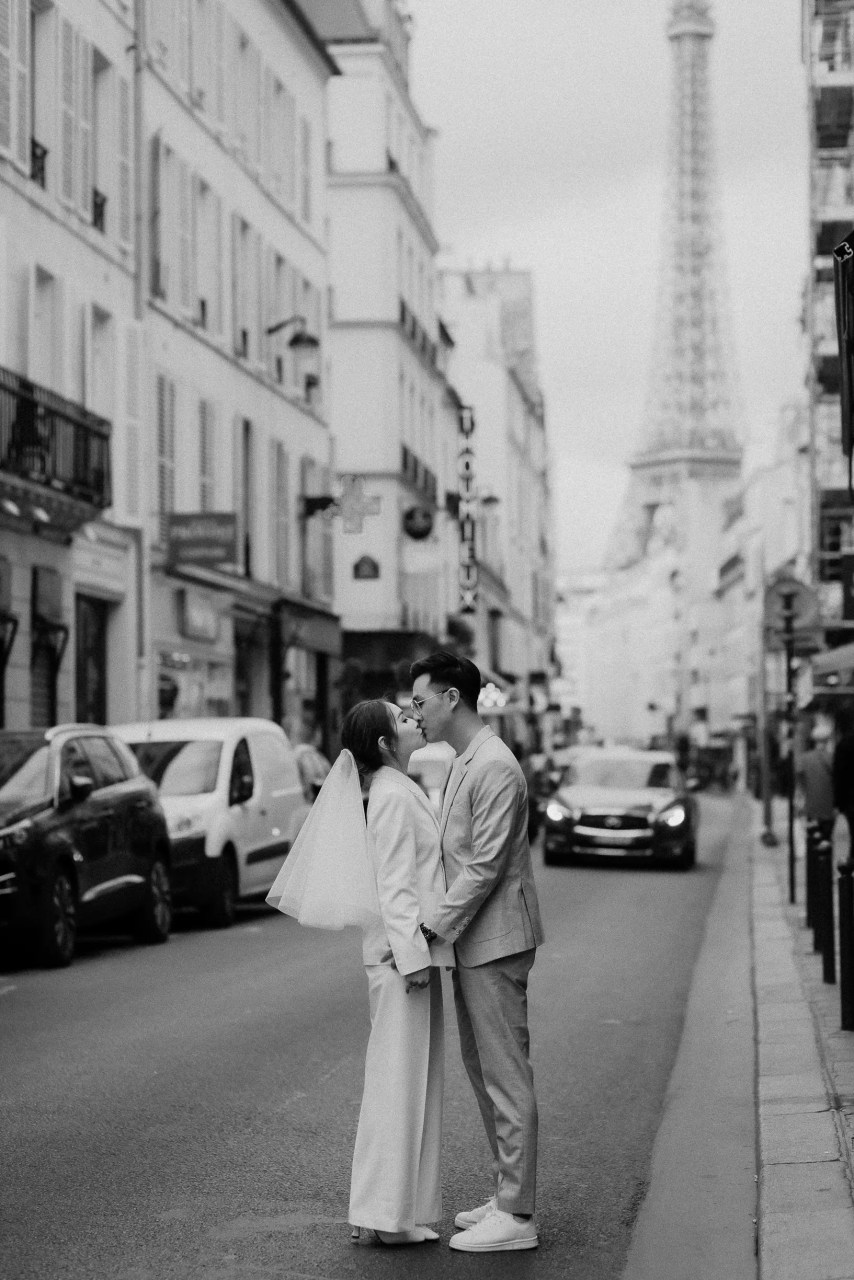 engagement photoshoot in Paris with Eiffel Tower