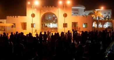 بهتاف «الشعب يريد إسقاط النظام» آلاف السودانيين في مسيرات ليلية لرفض الانقلاب.. وأمريكا تُعلق 700 مليون دولار من المساعدات (فيديو وصور)