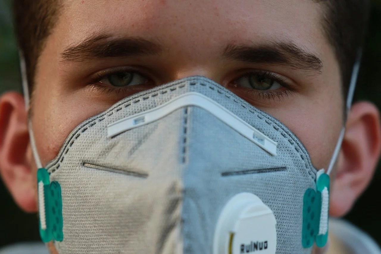 En Belgique, un bandeau sur les yeux à défaut de masques sur la bouche