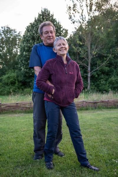 Guido et Ophra dans leur jardin à Hoeilaart © Jef van den Bossche