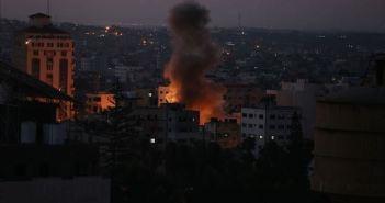 الاحتلال الإسرائيلي يشن فجر اليوم غارات على قطاع غزة (فيديو)
