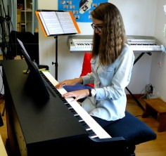 Elève prenant un cours de piano