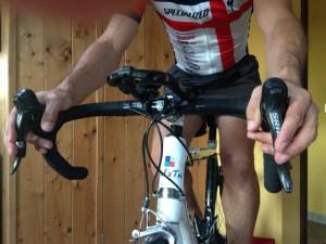 ciclismo posizione mani presa alta