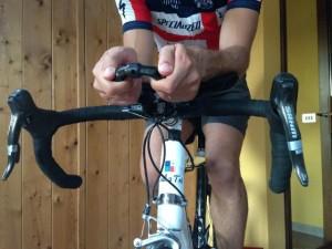 ciclismo posizione mani prolunghe aerodinamiche