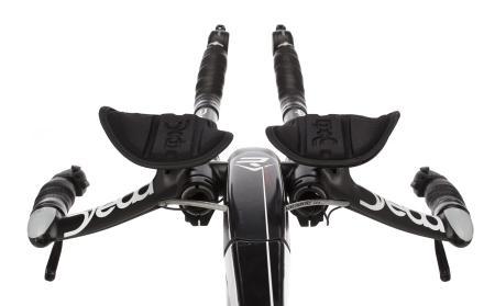 Il manubrio di una bici da crono con prolunghe aerodinamiche