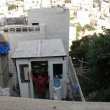 監視するパレスチナ人