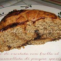 Rotolo di crostata con frolla al caffè e marmellata di prugne speziate