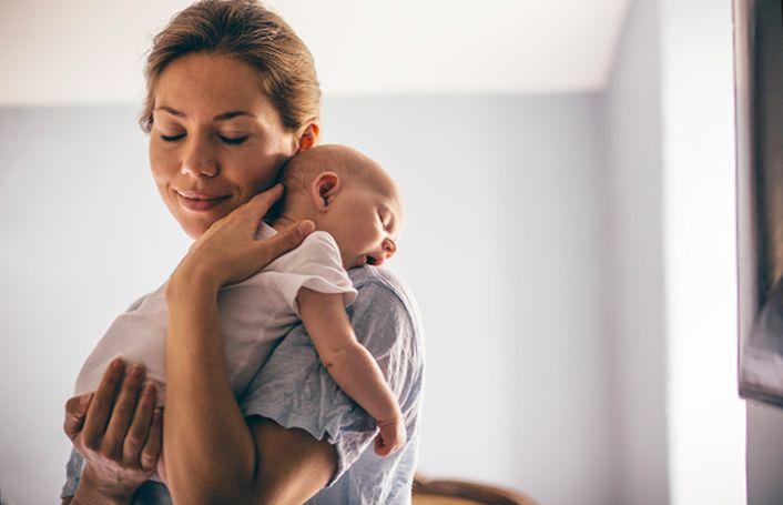 Shoulder-hold 8 Безопасных и нежных позиций как держать младенца на руках.