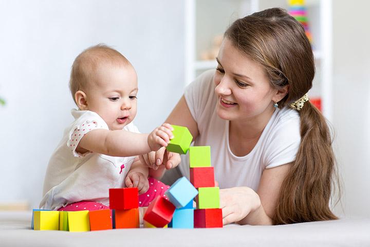 Stacking-the-blocks 15 развлечений для 6 месячных малышей.