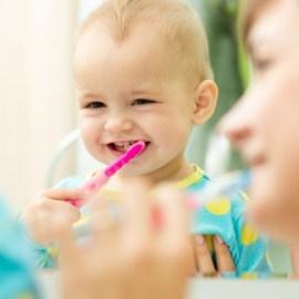 Как ухаживать за деснами и прорезающимися зубами у ребенка.