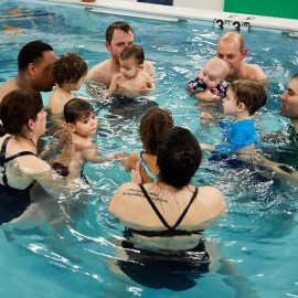 Во сколько лет ребенка можно учить плавать?