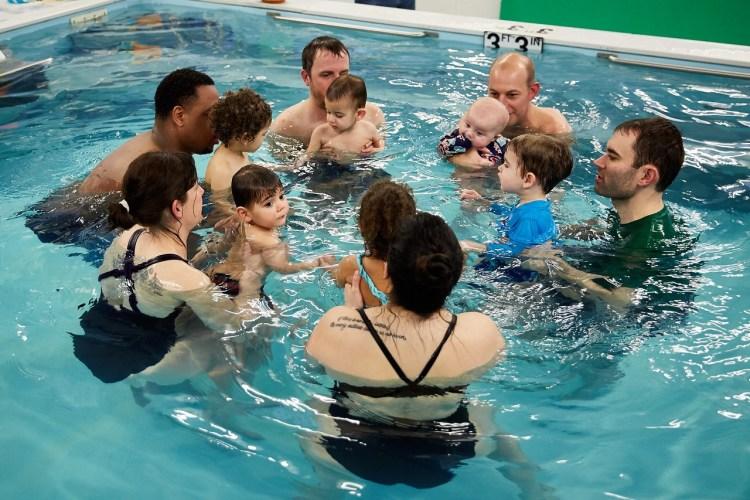 baby-toddler-swim-classes-1024x682 Во сколько лет ребенка можно учить плавать?