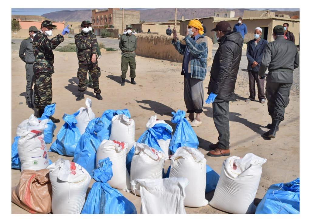 سلطات ميدلت توزع المساعدات في بؤرة للكورونا