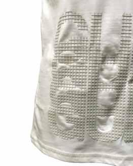 Detalle GUESS camiseta niño blanca con letras en relieve