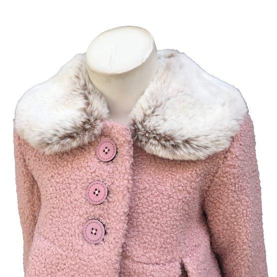 Marta y Paula abrigo rosa cuello de pelo detalle