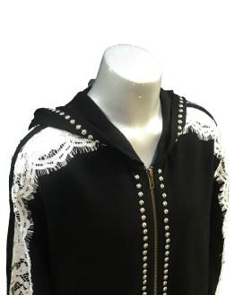 Detalle Monnalisa chaqueta negra con tira de encaje