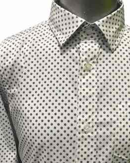 Detalle IDO camisa blanca con estampado topos
