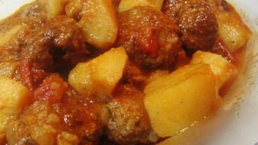 קציצות בקר וחצילים עם תפוחי אדמה ברוטב עגבניות
