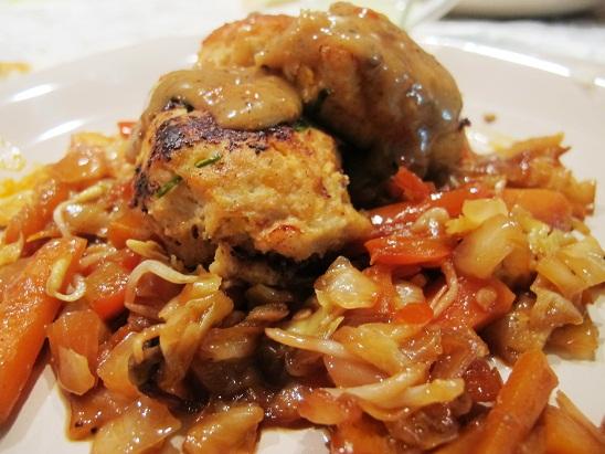 קבבוני עוף ובטטה על ירקות מוקפצים