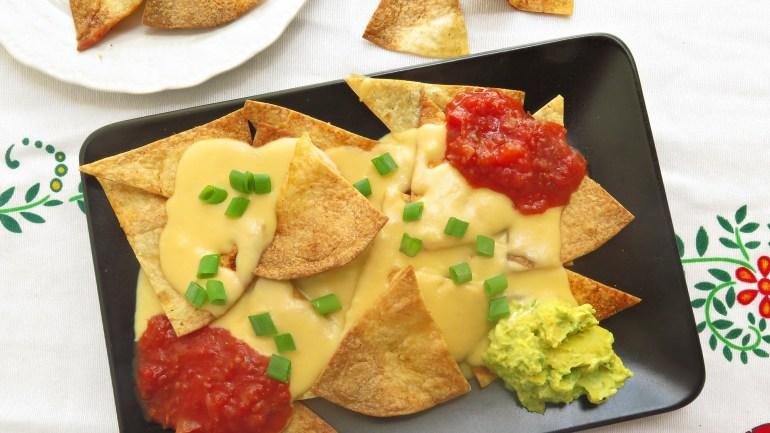 נאצ'וס ביתיים עם מטבל גבינות חם