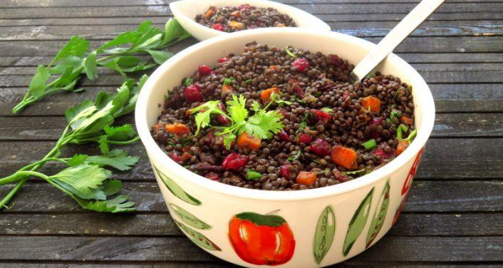 בריאות בצלחת סלט עדשים שחורות ובטטות