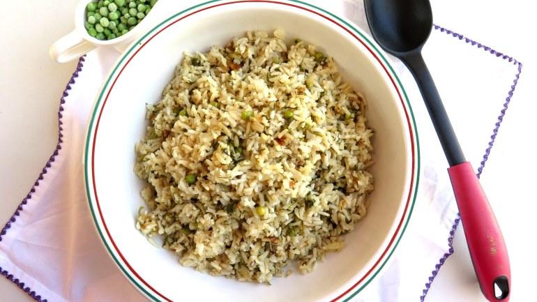 אורז פילאף עם אפונה ועשבי תיבול