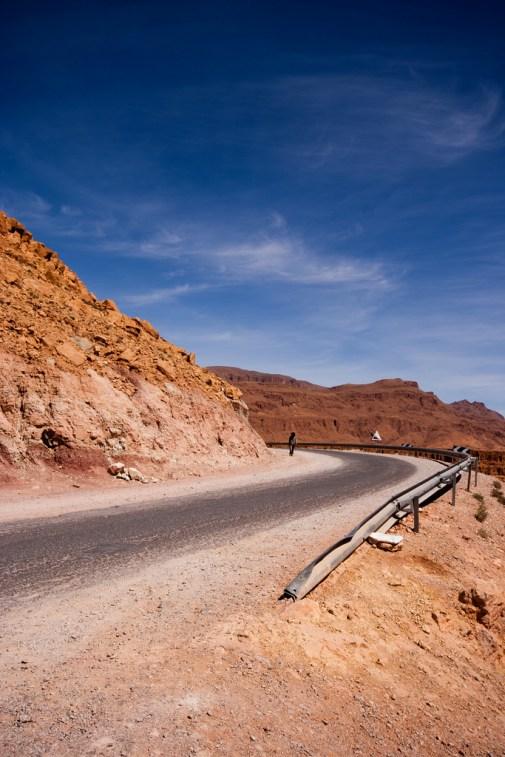 Sur la route, au coeur du désert aride.