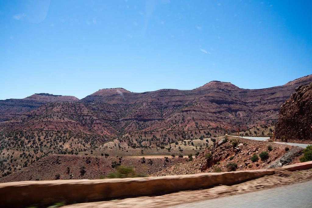 Montagnes de rouges et de verts, Atlas aride.