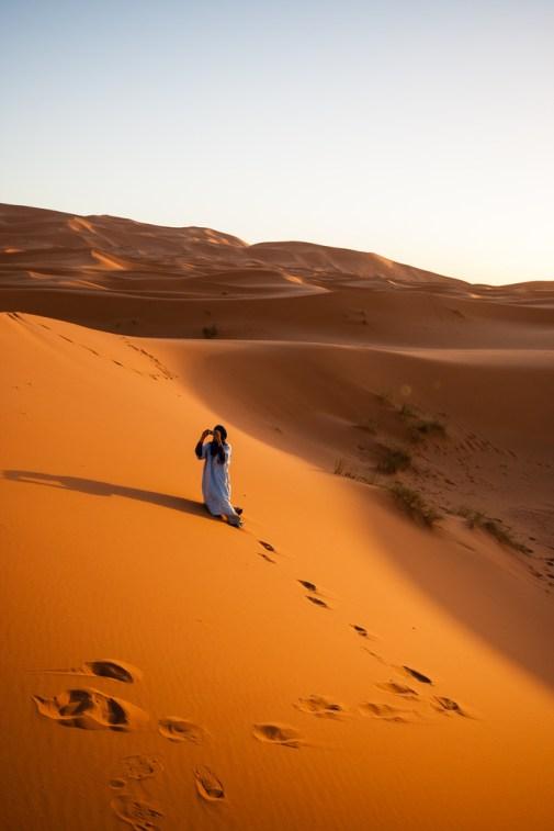 Notre guide prenant une photo, dans les dunes de Merzouga.