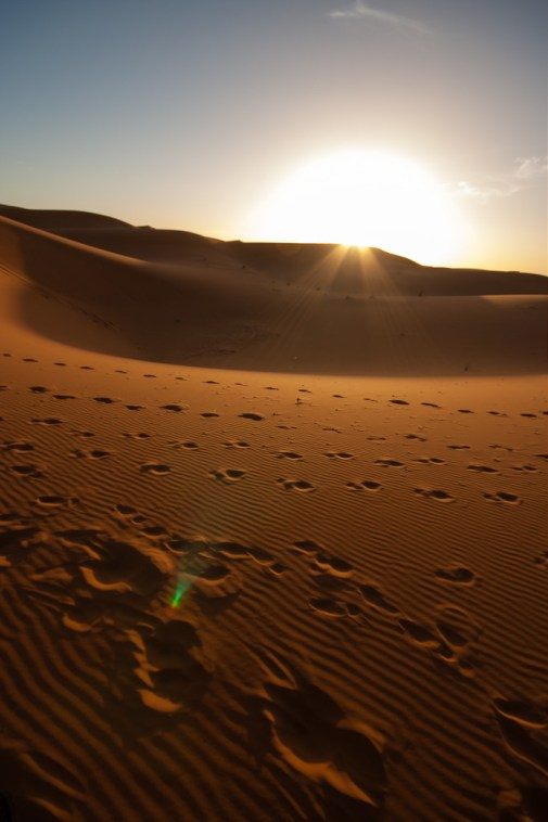 Coucher de soleil dans les dunes de Merzouga.