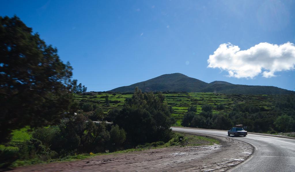 Sur les routes, des paysages encore verts.