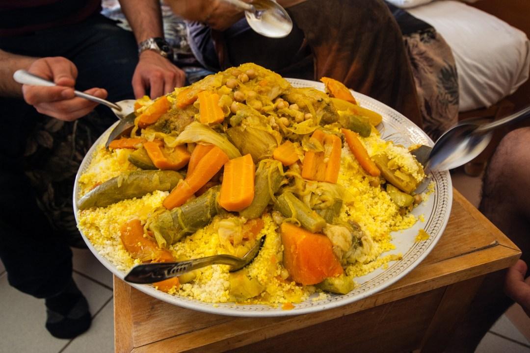 Dégustation d'un bon couscous, dans un grand plat commun.