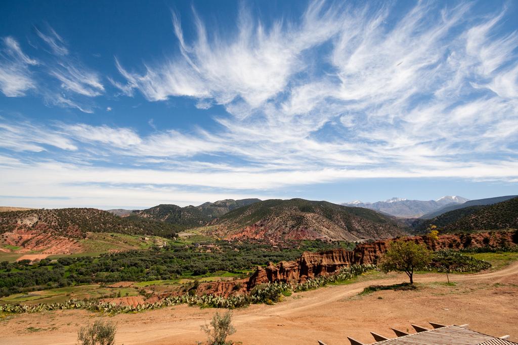 Paysage typique rouge et vert, sous un beau ciel bleu.