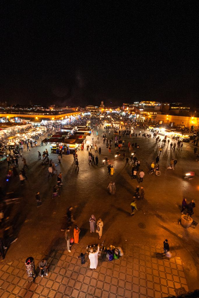 Vue de nuit et en hauteur de la place Jemaa El Fna.