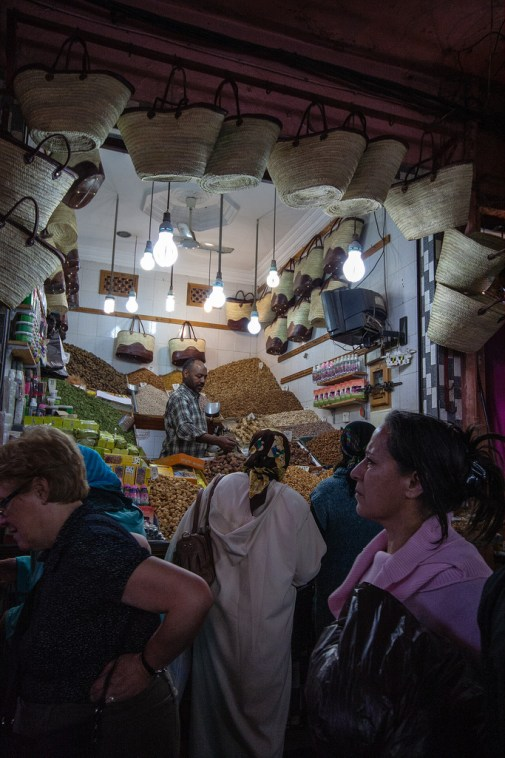 Vendeur d'épices dans le souk de Marrakech.