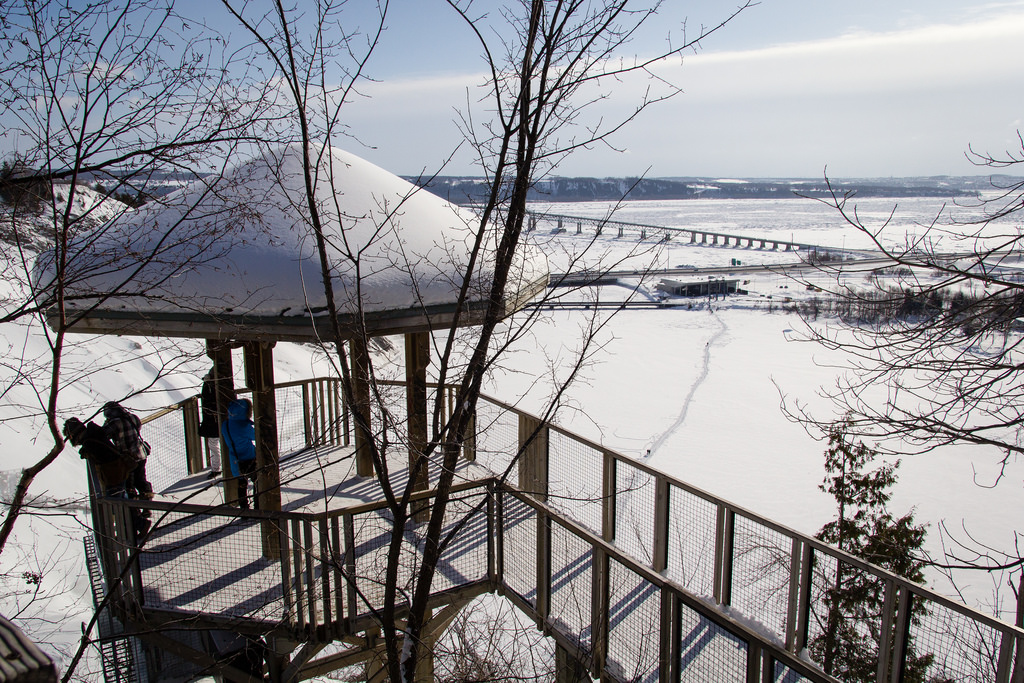Belvédère proche de la chute, sous la neige.