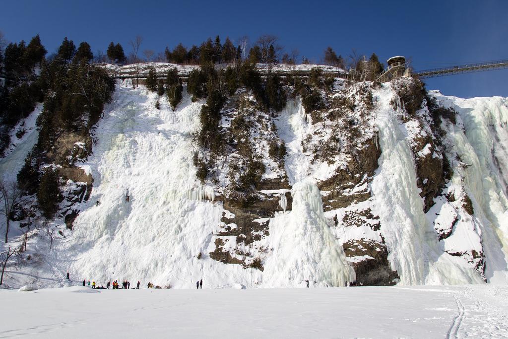 Chutes gelées et grimpeurs sur glace.