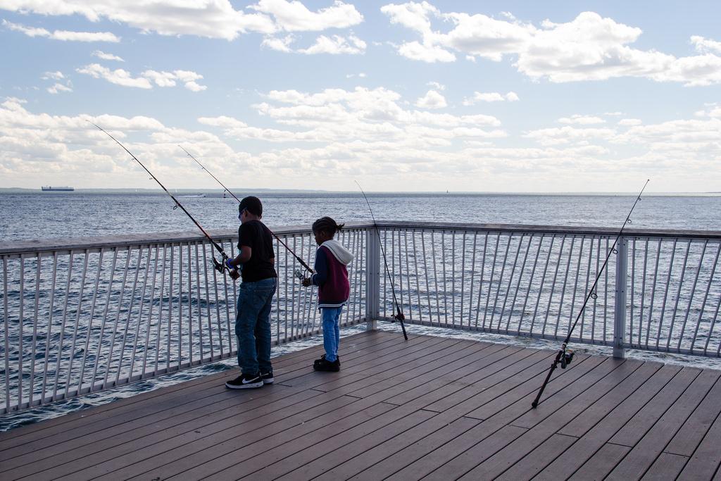 Petits pêcheurs sur la jetée.