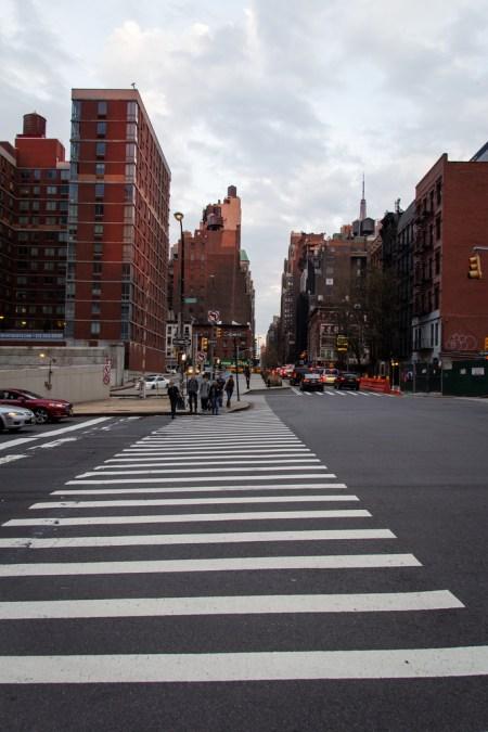 Passage piéton, buildings ocres et rue de NYC.