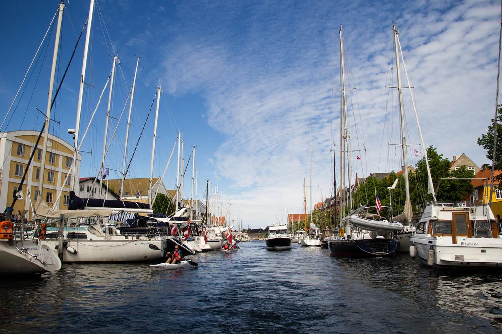 Kayakistes et bateaux sur un canal.