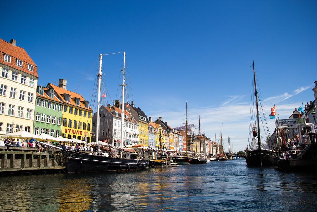 Bateaux et maisons colorées du port de Copenhague.