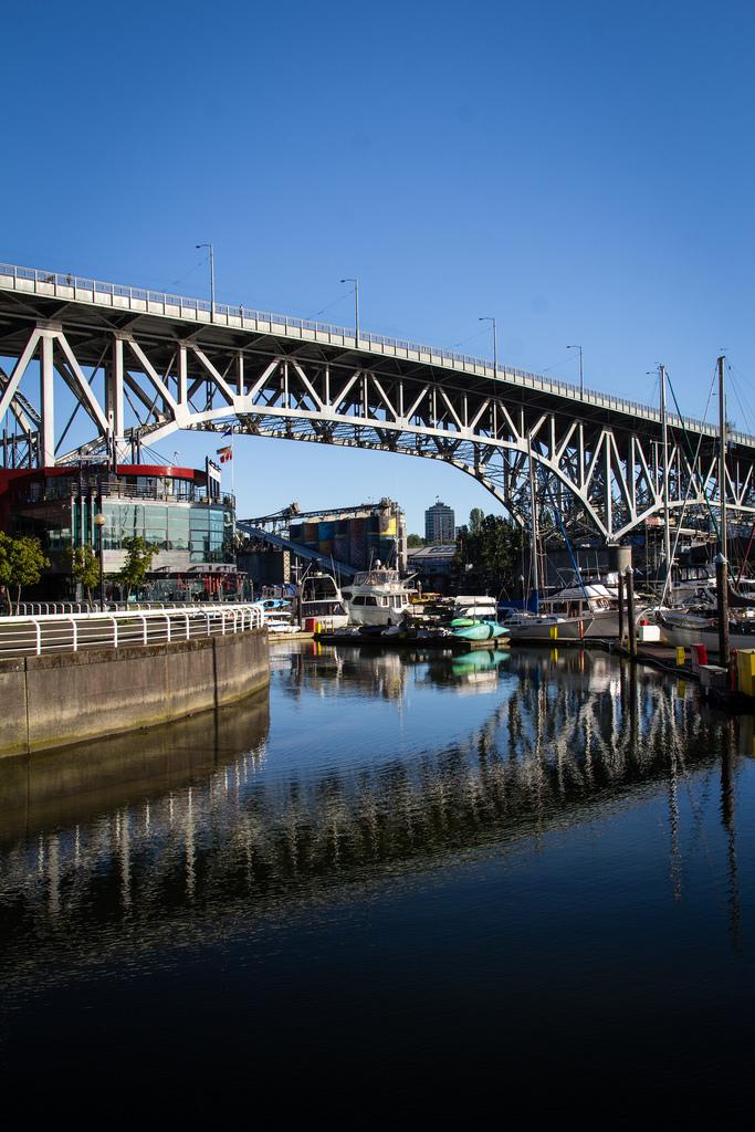Port de plaisance et pont.