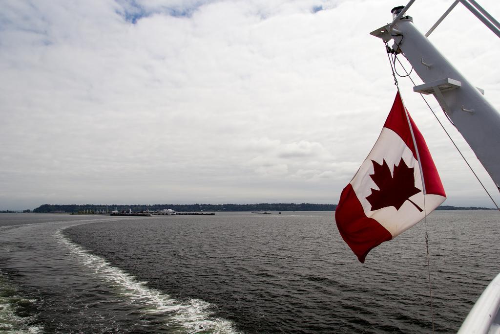 Drapeau canadien flottant au vent, à l'arrière du ferry.