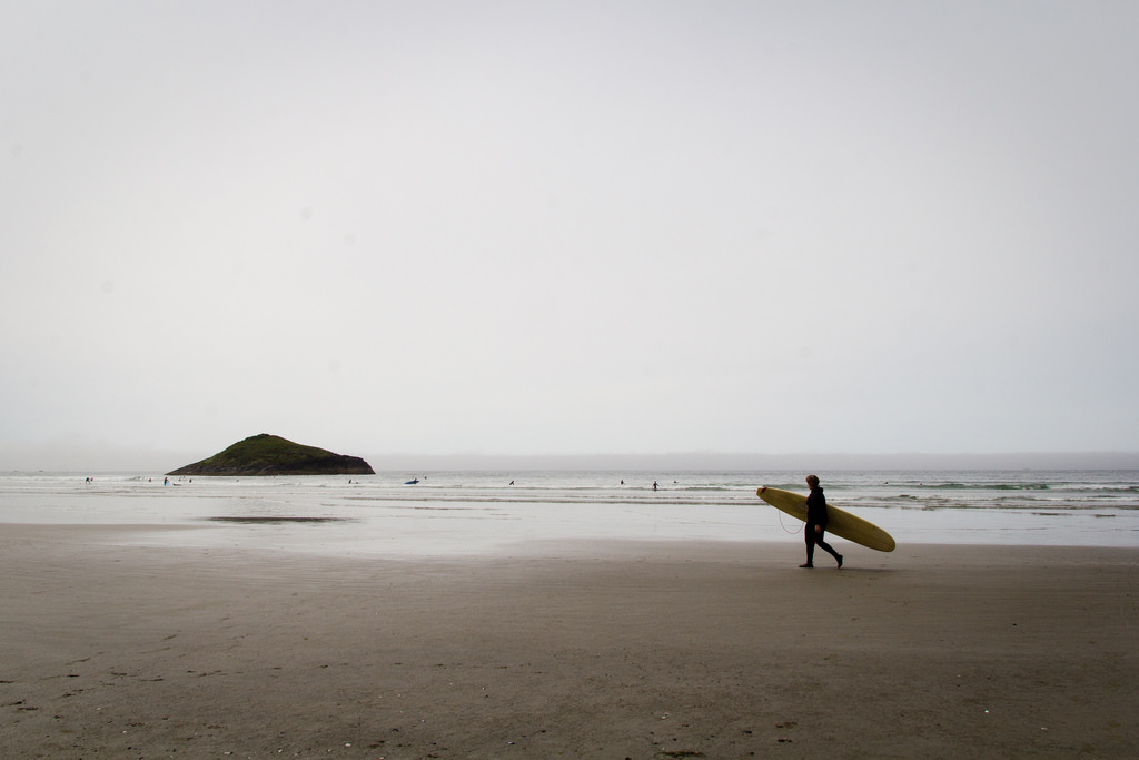 Plage, rouleaux et surfeurs au rendez-vous.